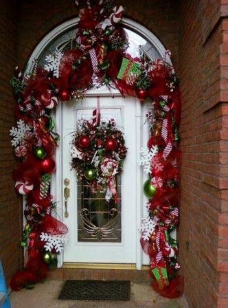 Dale la bienvenida a la navidad con estas bellas for Puertas decoradas con guirnaldas